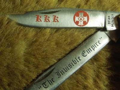 KKKのナイフです。持ち手の部分には三角白頭巾のクランズマンと、十字架、Ku Klux Klanのプリント、 刃の部分にもKKKとクロスのプリント、The Invisible empire(目に