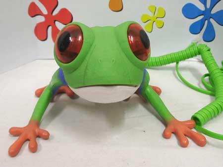 赤く目が光るカエルの電話器